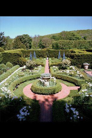 Gardens at Osar and Renee de la Renta at his Conn home