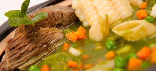 Parte de su historia: Su origen es italiano y viene de la palabra MINESTRONE, que es el aumentativo de minestra y expresa algo con abundancia de agregados: legumbres frescas o secas, papas, pastas, granos y carne, que lo convierten en un plato substancioso. Generalmente es acompañado con una verdura que se destaca de las otras como aroma o componente de base. Este plato llegó al Perú junto con...