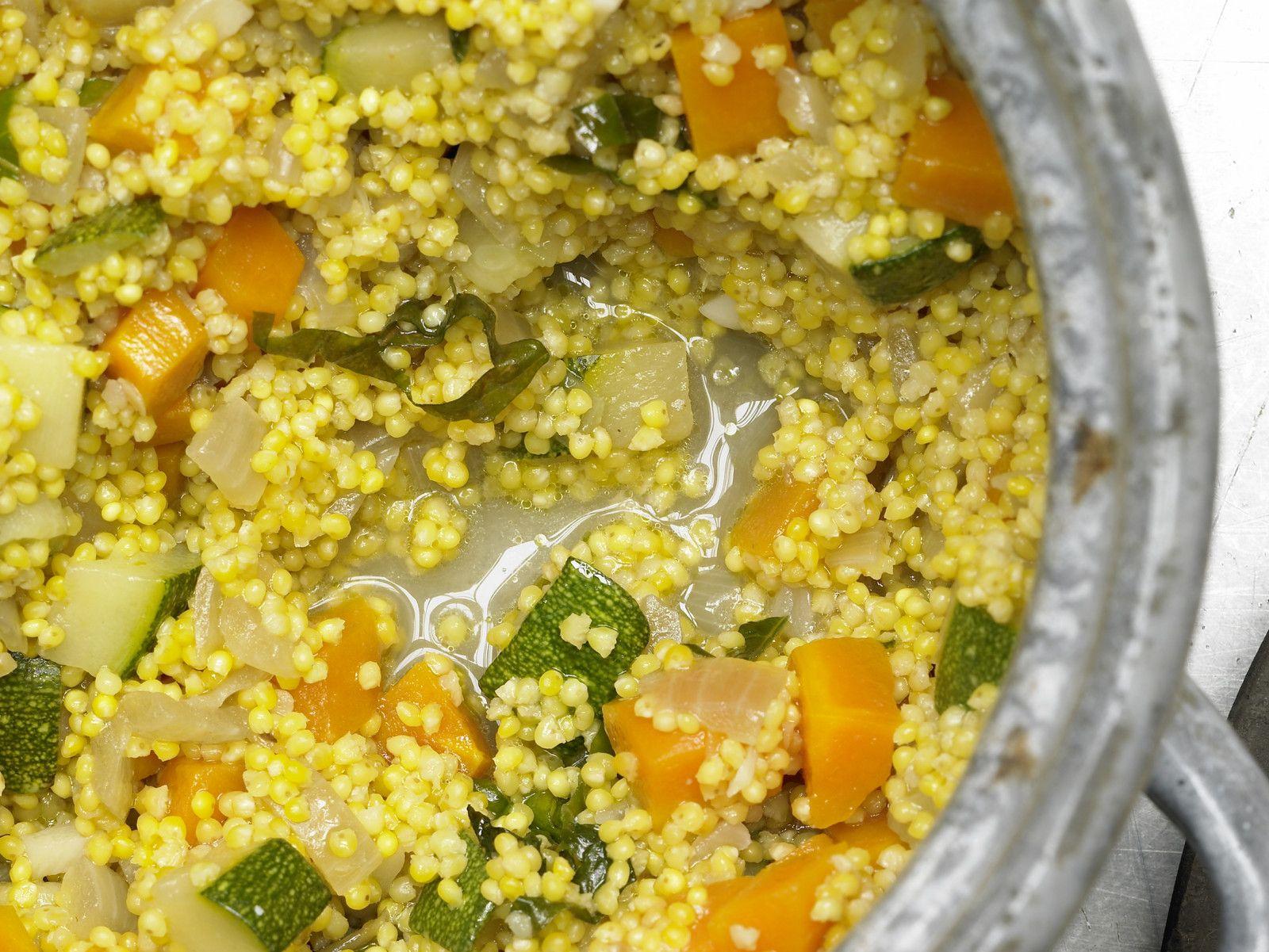 Perfekt als vegane Beilage oder Hauptgericht: Gemüse-Hirse - mit Zucchini und Möhren | Kalorien: 305 Kcal - Zeit: 35 Min. | eatsmarter.de
