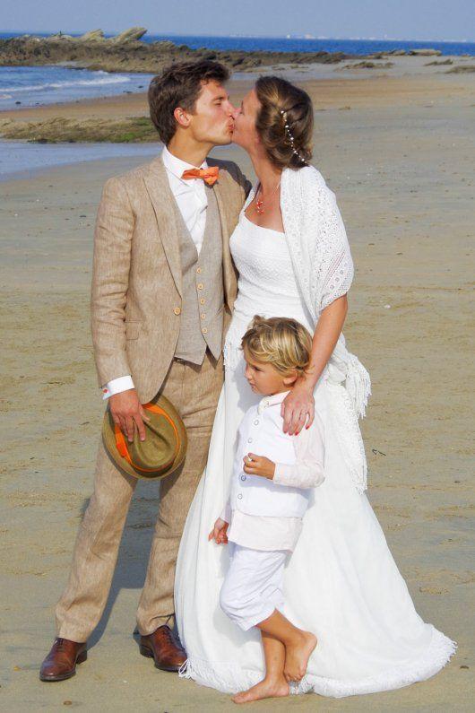 Antonin avec un costume 3 pièces sur mesure de L\u0027Atelier 5 en lin avec  accessoires orange. plage wedding mariage lin suits costume
