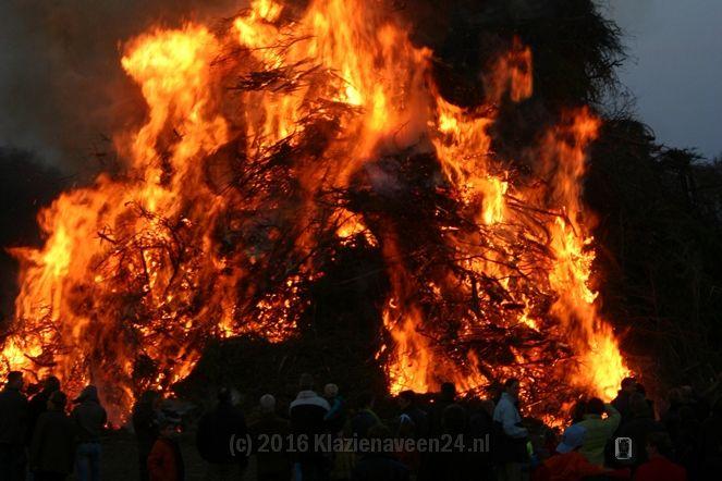 Fakkeloptocht voorafgaand aan ontsteken paasvuur in Oranjedorp