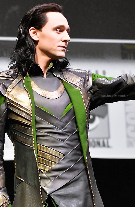 Loki/Tom Hiddleston at Comic Con 2013 Look at the detail in the costume though....