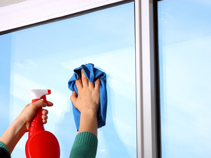 Quer aprender um truque para limpar as superfícies de vidro de maneira mais fácil? O truque é muito simples, e para além de tornar a tarefa de limpar os vidros mais fácil, ainda vai evitar que o pó se acumule mais rapidamente nas mesmas.