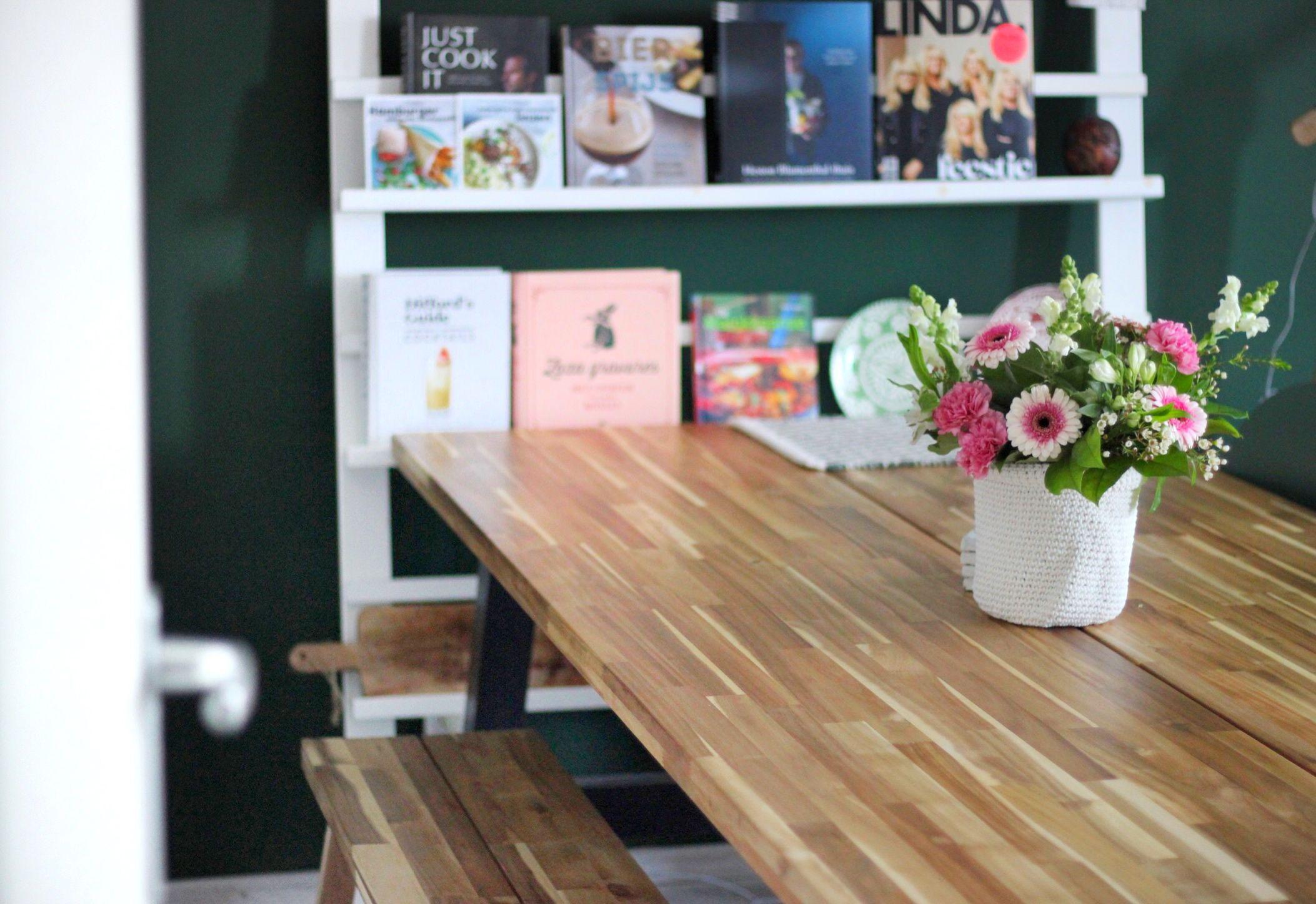 Grote Houten Tafels : Wandrek met kookboeken en grote houten tafel van ikea met bankje als