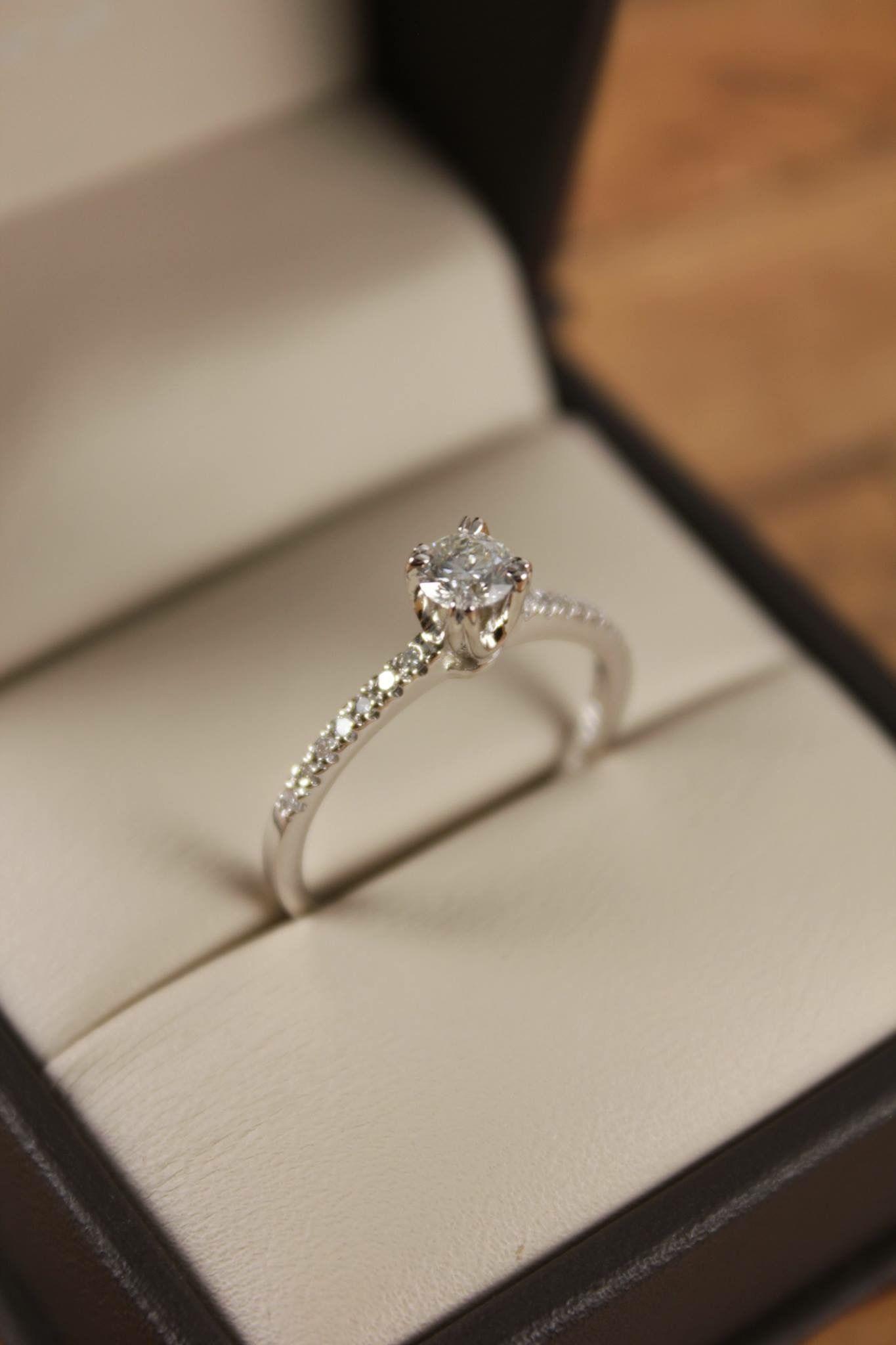 4dd69fd935f Anillo de compromiso fabricado en oro blanco con diamantes laterales ...