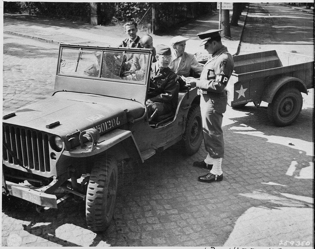 Une Jeep Ford GPW et sa remorque Bantam à Potsdam, Allemagne, le 14 juillet 1945