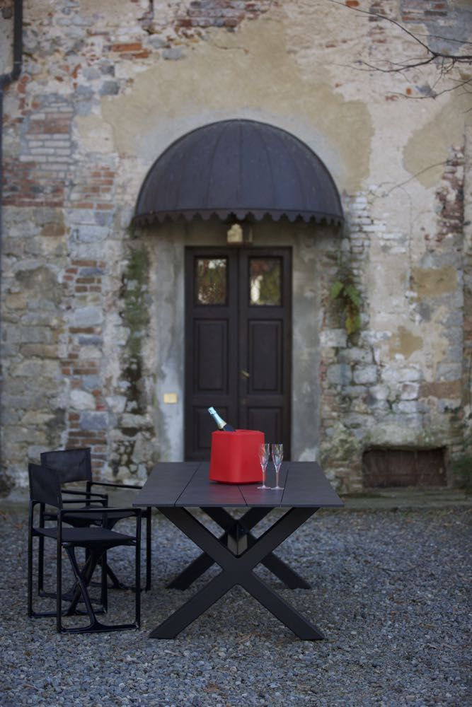Banquété table with Regista table and Red Ice Glow bucket. Take your time! #Banquété #Regista #IceGlow #Horeca #Furniture #outdoor #elegance