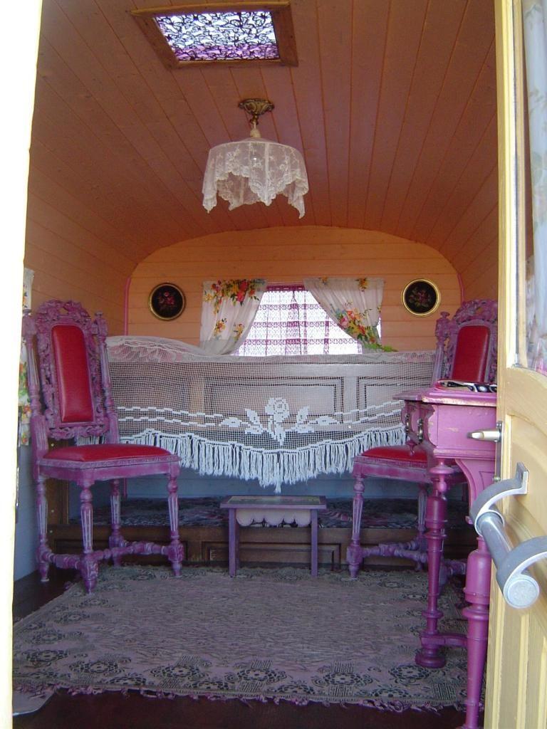 Une Roulotte authentique à la Ferme,  - Ferme du Pré Fleuri - France - gypsy wagon interior