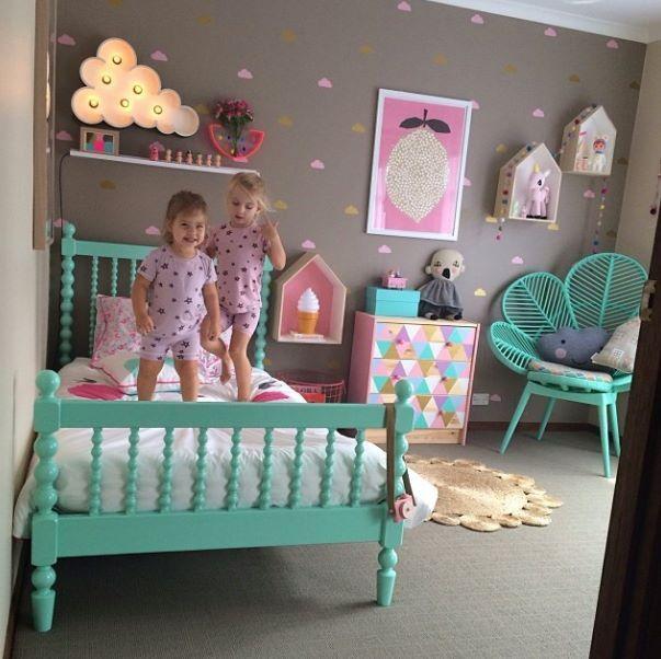 chambre fille lit en bois repeint en turquoise fauteuil rond en rotin peint en bleu turquoise. Black Bedroom Furniture Sets. Home Design Ideas
