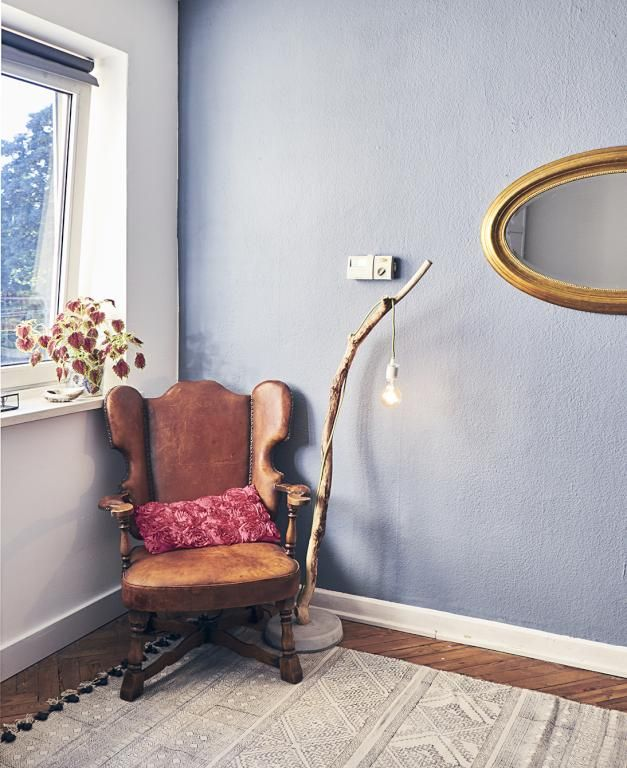 Schne Wandfarbe Goldener Spiegel Und Vintage Sessel Mit DIY Lampe Aus Ast