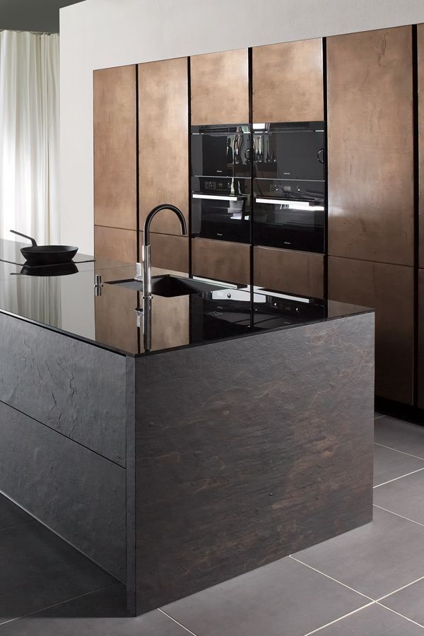 Küchenboden        Glass meets stone: on this kitchen island, the fronts have a dark stone look, while the worktop is made of dark glass. That creates a cool contrast.  #kitchen #mhkkueche #kitchen # kitchens
