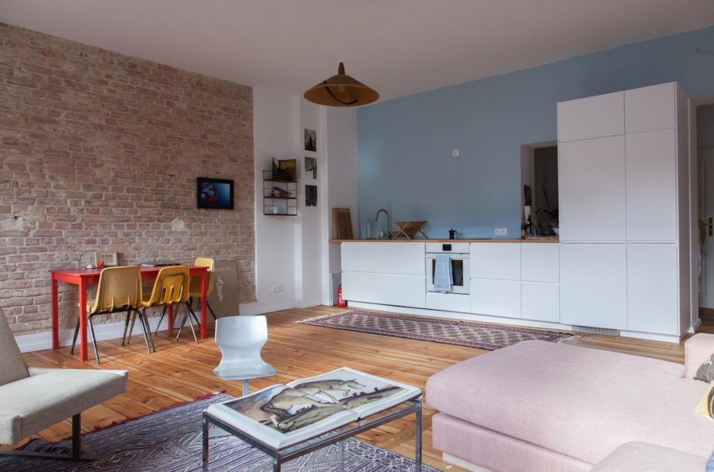 Loft-Feeling in Berlin weitläufiges Wohnzimmer mit Backsteinwand - offene wohnkuche mit wohnzimmer