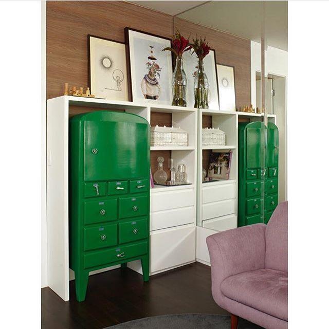 Vamos aproveitar os móveis antigos que a gente tem em casa? Olha que legal o projeto da @lovisaro_arqdesign O verde fez um contraste lindo com os tons neutros  #ahlaemcasa #reciclando #móvelantigo #lacaverde