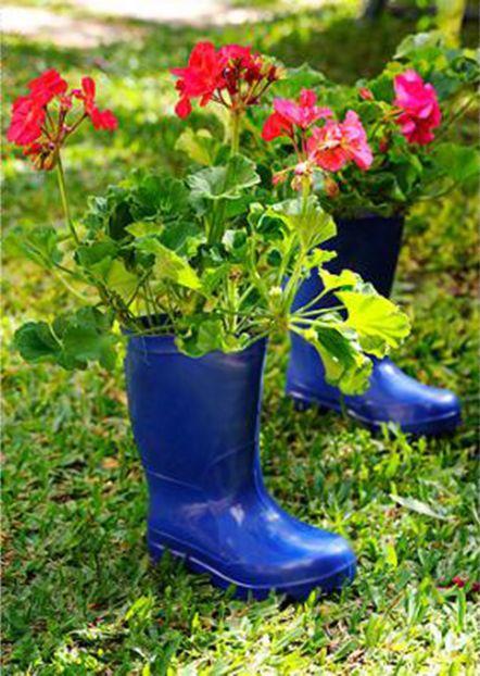 Aproveite a bota de plástico para chuva que está jogada na garagem e faça um jardim.