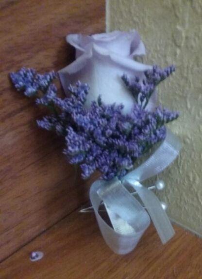 Lavender rose with purple limonium boutonniere #lavenderboutonniere #lavenderroseboutonniere #purpleboutonniere #lavenderrosepurpleluminiumboutonniere #limoniumboutonniere #purpleluminiumboutonniere