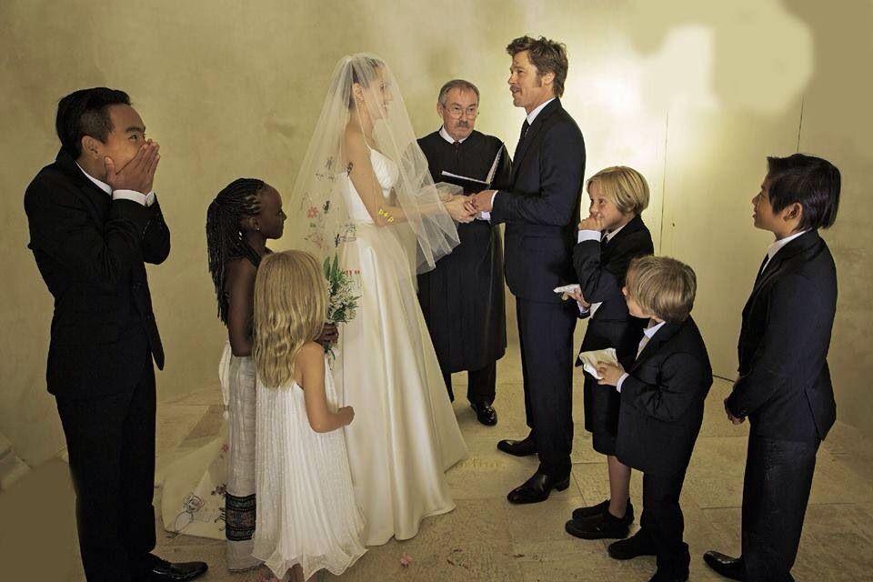 Pin By Tenesi Taxido On Angelina Jolie Brad Pitt Wedding Angelina Jolie Wedding Brad Pitt And Angelina Jolie Angelina Jolie Wedding Dress