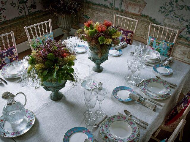 Mesa compuesta con vajilla de zara home con dos grandes copas de barro con sus flores adornan - El pais vajilla zara home ...