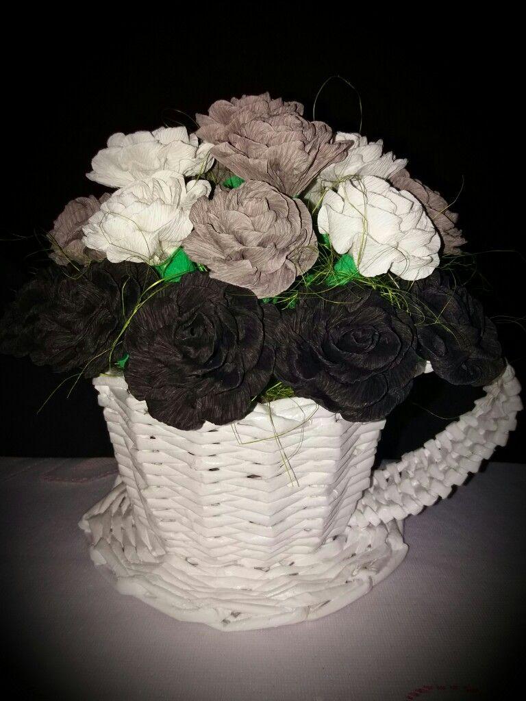 Kwiaty Z Krepiny W Koszyczku Z Papierowej Wikliny Grapevine Wreath Grape Vines Decor