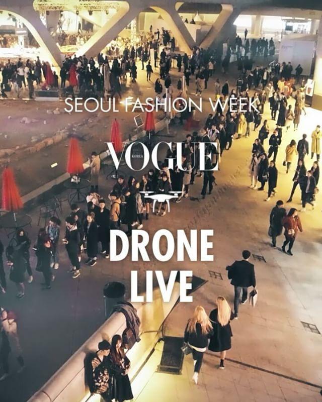 #VogueDrone  보그가 패션쇼를 취재하는 21세기적 자세! 보그코리아가 국내 최초로 #서울패션위크 를 드론 생중계합니다 런웨이 위로 날아오른 #보그드론 이 상공 6M에서 생생하게 전하는 패션쇼 현장! 잠시 후 오후 1:30 YCH쇼의 드론 생중계 보그 인스타그램 라이브와 보그 페이스북 라이브로 감상하세요 (프로필링크 클릭) (Allengage Jiyoung Kim) _ #VogueKorea will be streaming #SeoulFashionWeek live from a #drone. Stay tuned on the #Vogue Korea Instagram and Facebook page for the #YCH show #dronelive to begin today at 1:30. #Livestream #SFW #FW17 #DDP #无人机 #现场转播 #首尔时装周 #服装秀  via VOGUE KOREA MAGAZINE OFFICIAL INSTAGRAM…