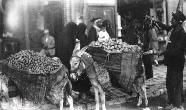 گروهی از زنان هنگام خرید از فروشنده دوره گرد در دوره پهلوی
