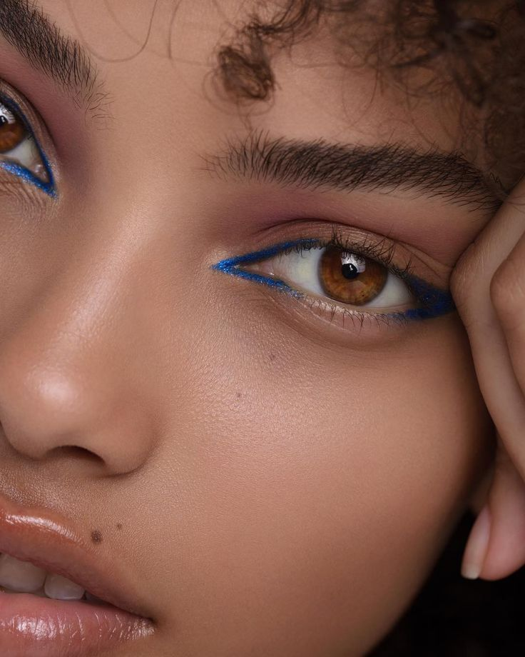 Photo of makeup blue blue eyeliner look