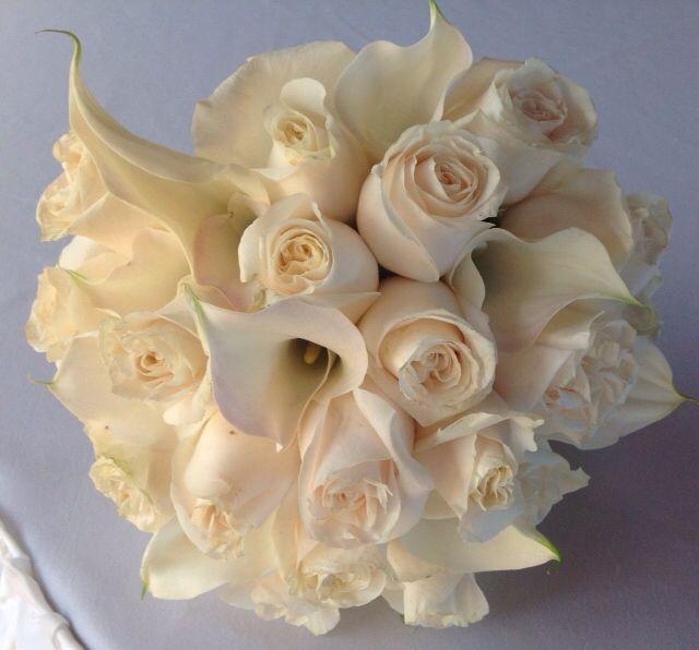 Gorgeous ivory calla lilies and ivory roses. #turquoise #stthomaswedding #stthomasweddingplanner #beachweddingsetup #beachweddings #flawlessweddingsandeventvi #cruiseshipweddings