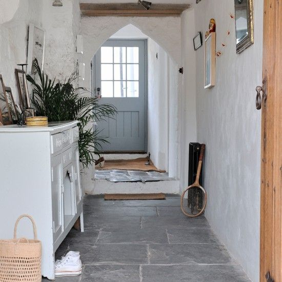 Stone flagged white country hallway majesticgardening - wohnideen small corridor