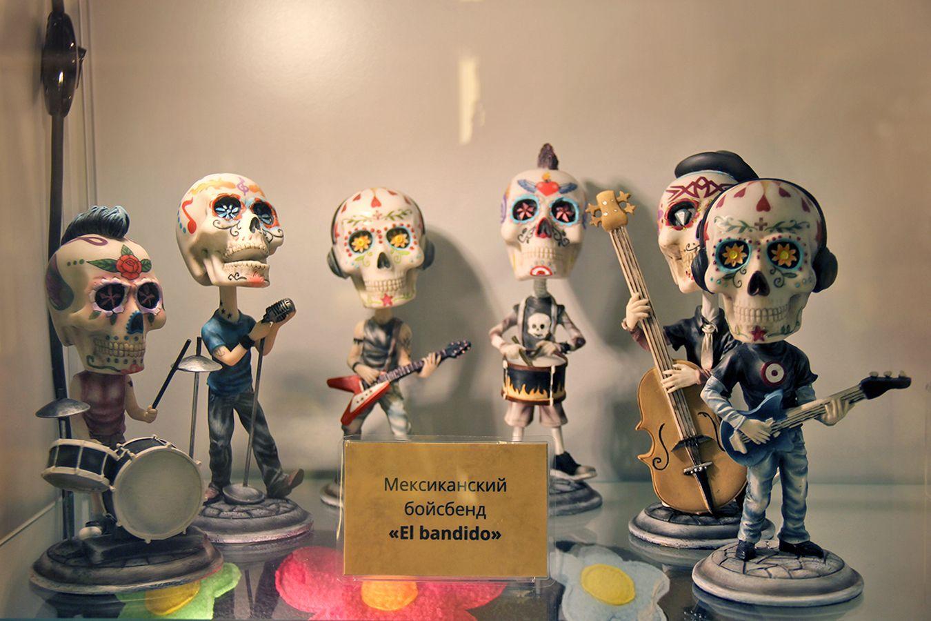Группа в стилистике мексиканского праздника Дня мёртвых