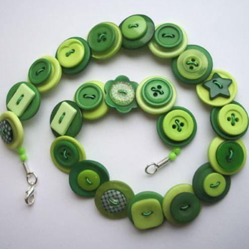 """Cuando se me cae un botón y debo cambiar todos los de una camisa (o simplemente me dan ganas de renovar mis prendas con botones nuevos), los que van sobrando siempre los guardo en una cajita.Ahora tengo una colección inmensa de botones sueltos, de diferentes colores, formas y tamaños; y me pregunté """"¿qué puedo ha"""