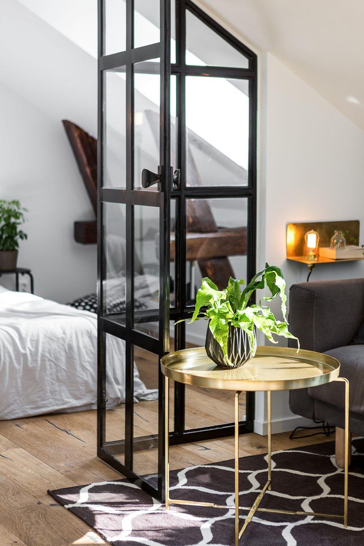 In dit appartement scheiden de stalen deuren de slaapkamer van de ...
