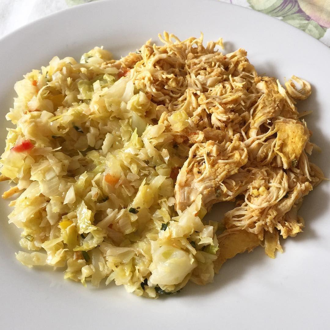 Almoço de hoje MARA foi 100g de repolho refogado e 120g de frango desfiado! Hmmmm.. Amo! E uma dica boa pra não enjoar do frango é variar a forma que você come! No omelete desfiado em pedaços e o filé!  by jaquelinebrihy