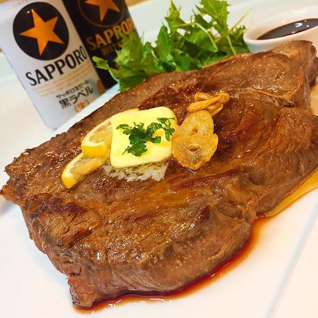 どど〜んと 630グラム #晩ごはん#おうちごはん  #困った時の肉頼み #ステーキ #肉#お肉#牛肉 #クッキングラム #ビール#サッポロ #黒ラベル#黒 #家飲み#宅飲み #ビール女子#晩酌 #乾杯#いただきます * 因みに 私は塩サバをいただきますが。