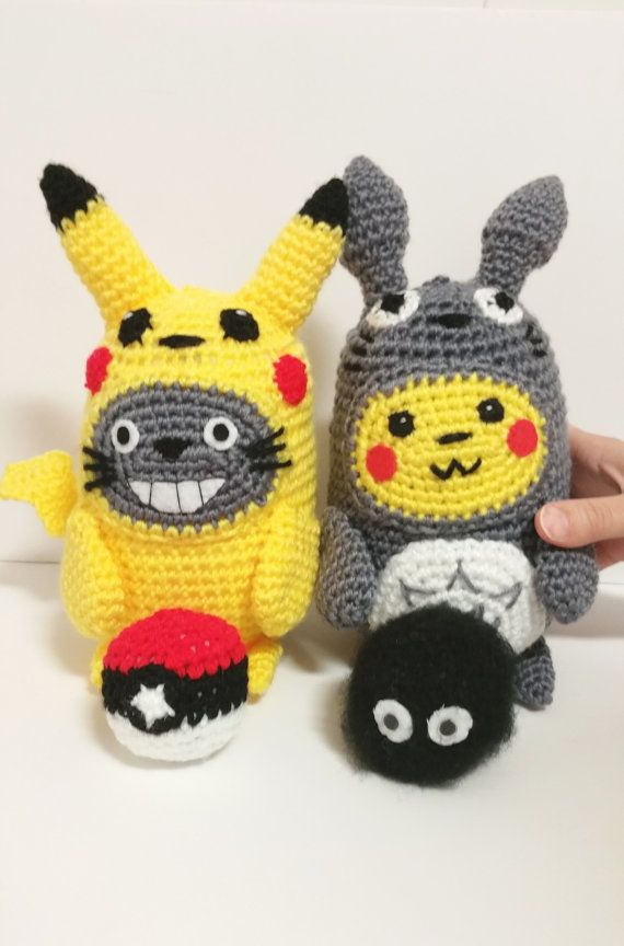 Omfg can someone make me the patterns for these?PIKACHU TOTORO PLUSHIES pokeball  soot sprite for por Kutuleras