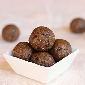 No-Bake Chewy Chocolate Chip Truffles....an easy treat made with NO added sweetener or oil!