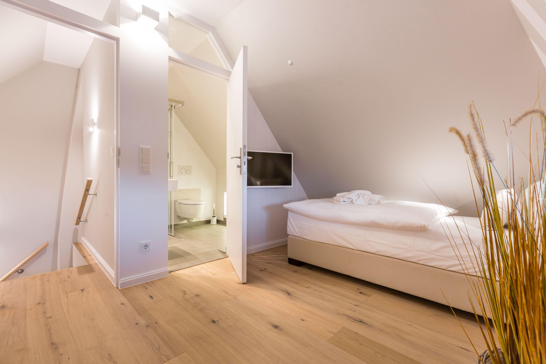 Schlafzimmer mit Bad, Beach House Design, Sylt (mit