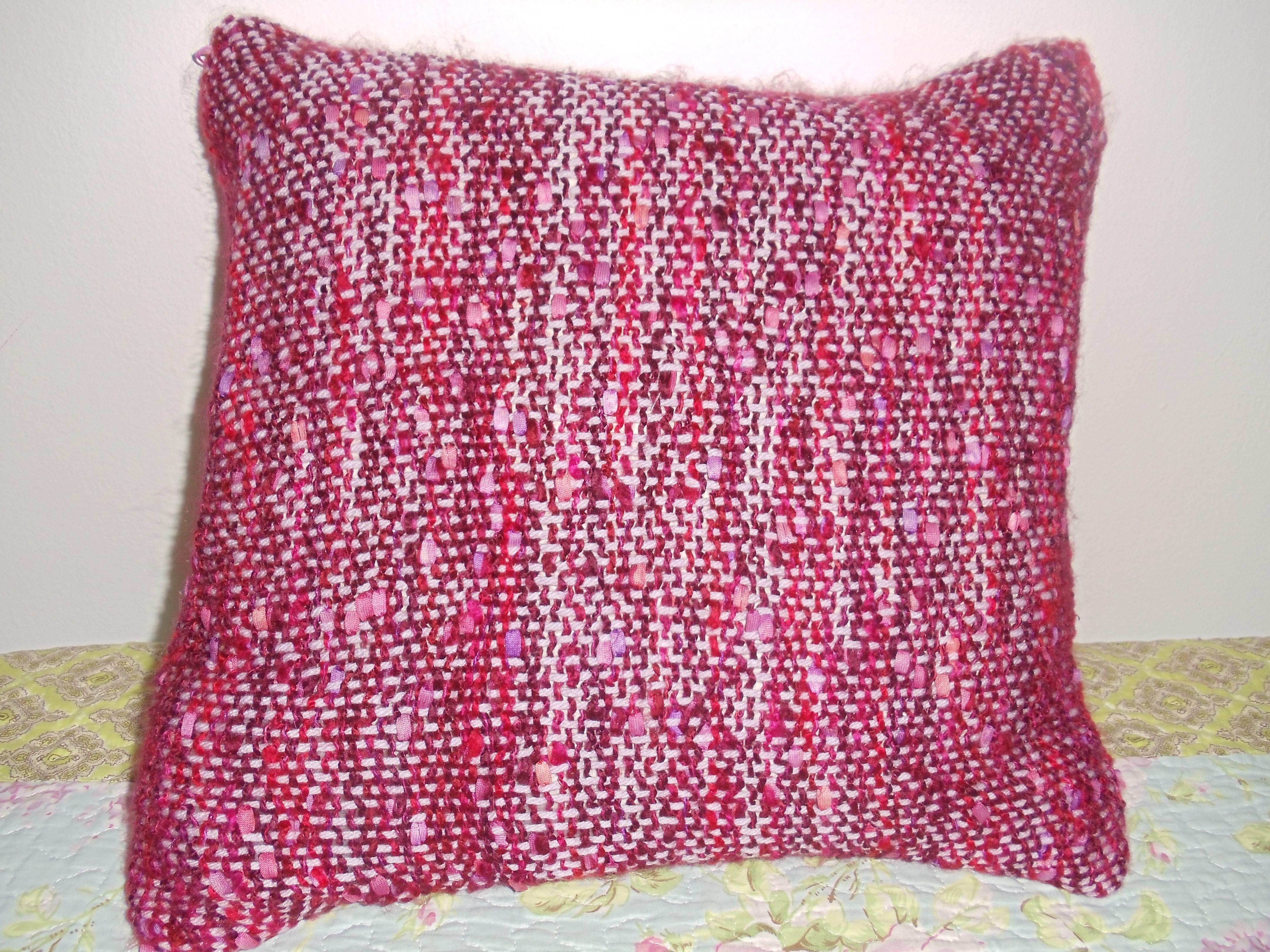 almohadón tejido en crochet.