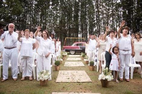 Nessa cerimônia adeptos e não adeptos da religião  respeitaram a escolha dos noivos!   Achei lindo   Fonte: http://www.girasdeumbanda.com.br/materia/117/p-class-msonormal-casamentos-umbandistas-p.html