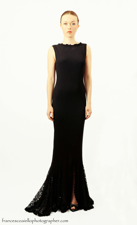 3f151f79e3 Combinado con el encaje negro para la cola le aporta una elegancia extra  que no pasa desapercibida en este vestido de fiesta largo plisado. 490€