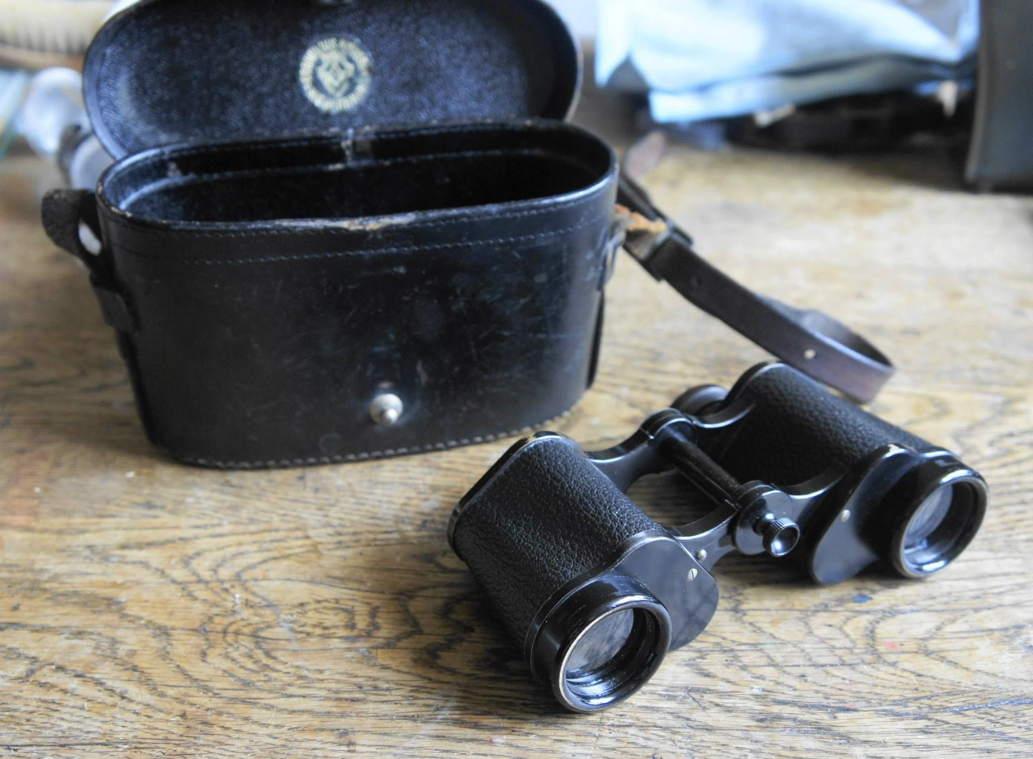 """Zeiss Telefort 12X30, Mint condision. With original bag. Production number 245656, year 1910. Originaly sold via the danish firm """"Cornelius Knudsen Kjøbenhavn"""" Even 105 years old, this Gem display as new. The Tele Fort was produced in four different versions until 1914. There are various informations about when they were build, some lists say from 1907 to 1920 so this item are early. Others say production stopped 1914, sound reasonable. This are a civilian binocular proven by the small knot…"""