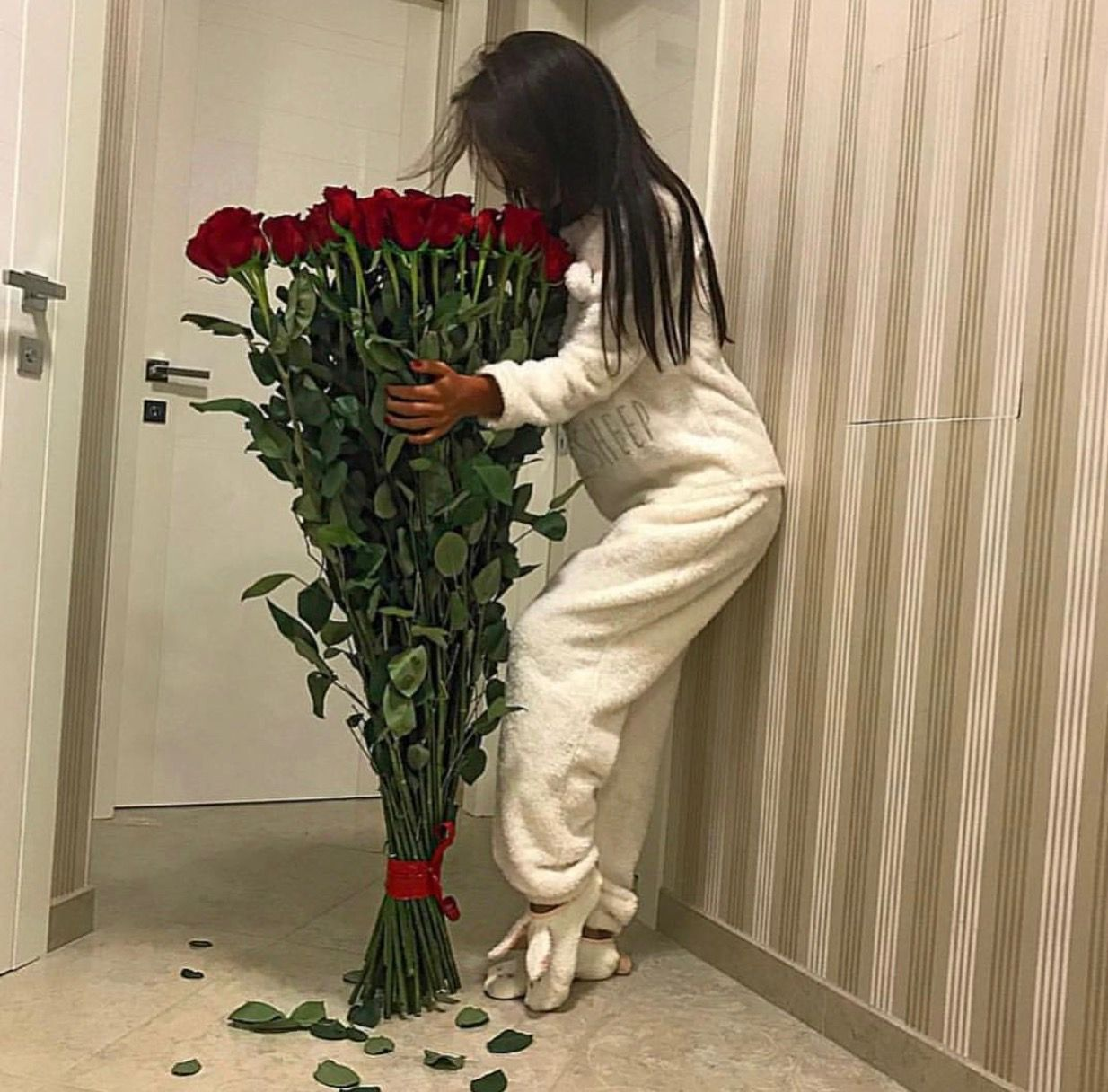 Brunette In A White Onsie And Her Five Foot Roses Couple Goals Red Roses Flower Power Fashion Red Roses