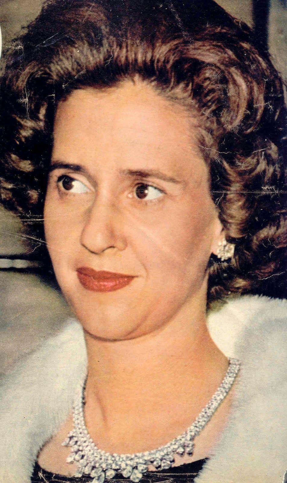 Collar/tiara Wolfers. Regalo de bodas a la Reina Fabiola, por parte de la industria del diamante de Amberes, fué realizada por la joyería belga Wolfers. Consta de dos hileras de diamantes, talla brillante, sobre los que se disponen cinco grupos de tres diamantes con talla en pera.