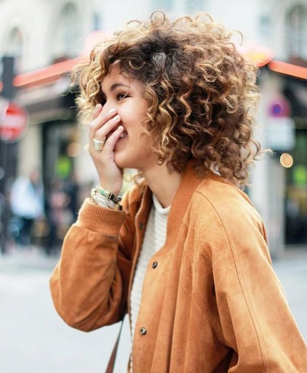 Idée Tendance Coupe \u0026 Coiffure Femme 2018  Jeune femme dans la ville,  cheveux bruns courts bouclés , Vogue Tunisie