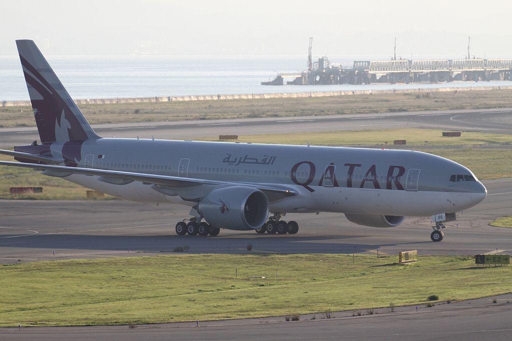Qatar airways a7 bbe boeing 777 200lr at osaka kansai