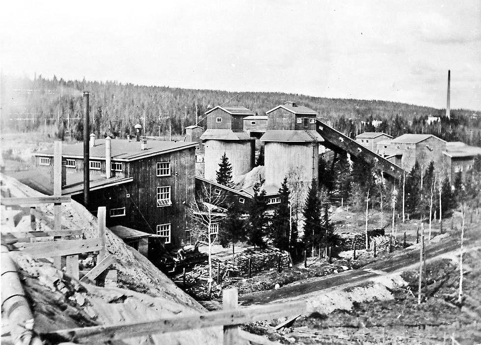 Mätäsvaaran kaivos sen suuruuden vuosina. Vasemmalla rikastamo ja keskellä malmimurskeen säilytyssiilot.