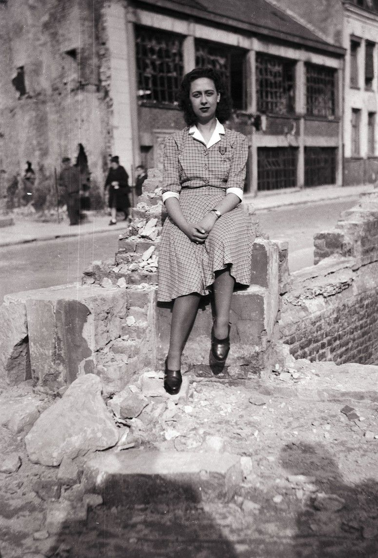 Épinglé sur 1940's 1950's