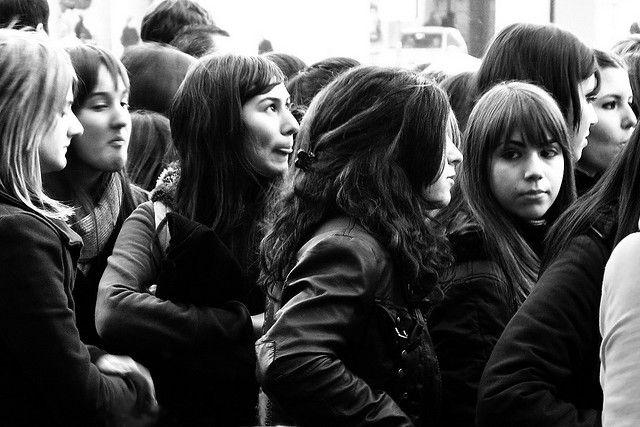 Foto de grupo de adolescentes en uniforme escolar