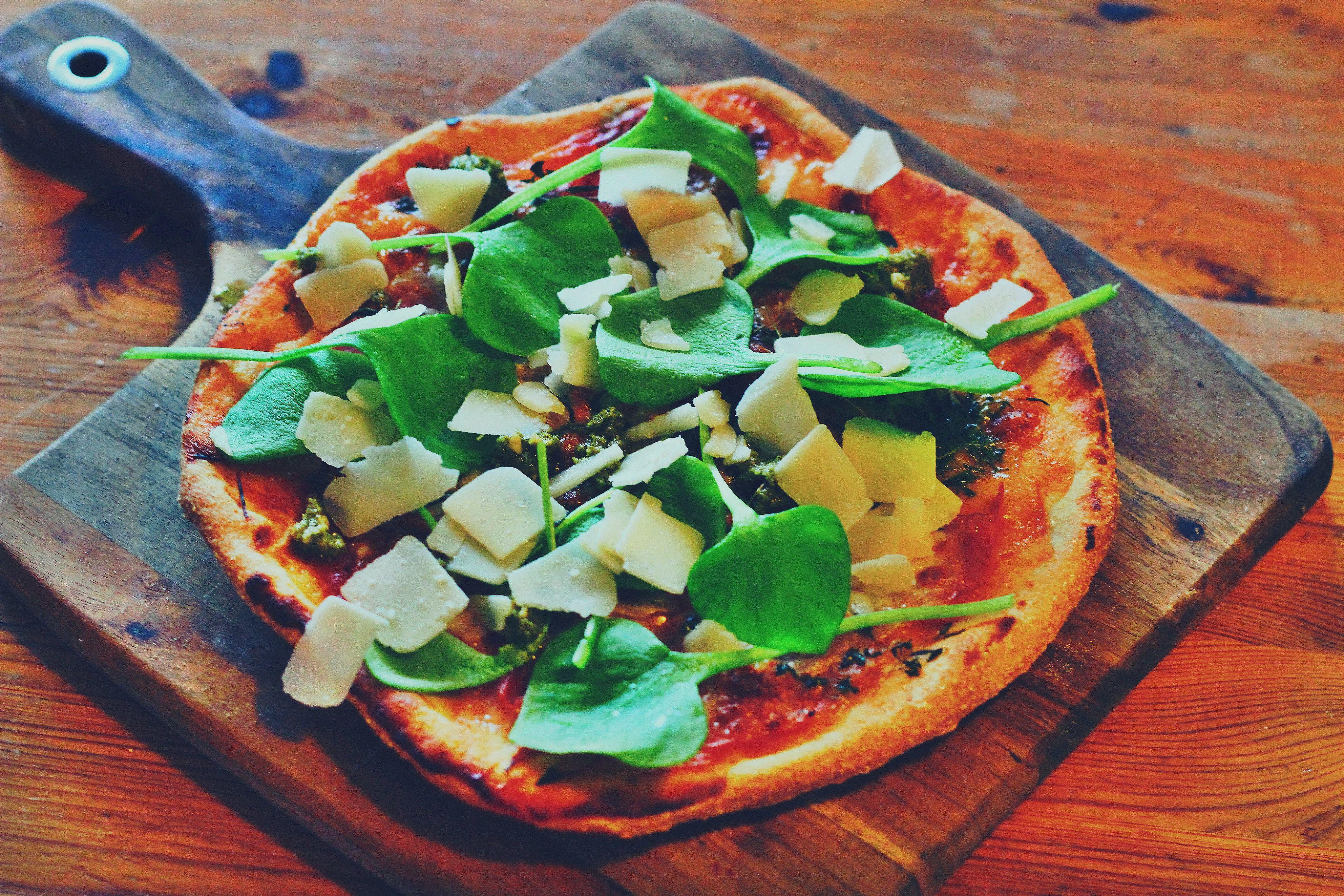 Nordisk pizza. Smagfuld gourmetudgave af den tyndslidte salatpizza. Kan man overhovedet lavet en salatpizza uden hvidløgsdressing!?