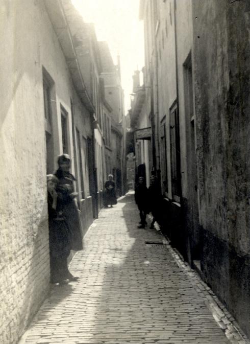 Utrecht - Abraham Dolesteeg - Fotograaf J.W. Deetman maakte deze foto vanaf de Lange Nieuwstraat in 1955