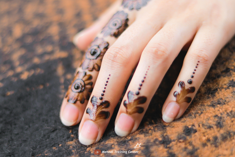 نقش الحناء الجميل البسيط أحدث تصميم نقش الحناء العربي للأيدي الخلفية 2020 Henna Designs Mehndi Designs Henna Stain