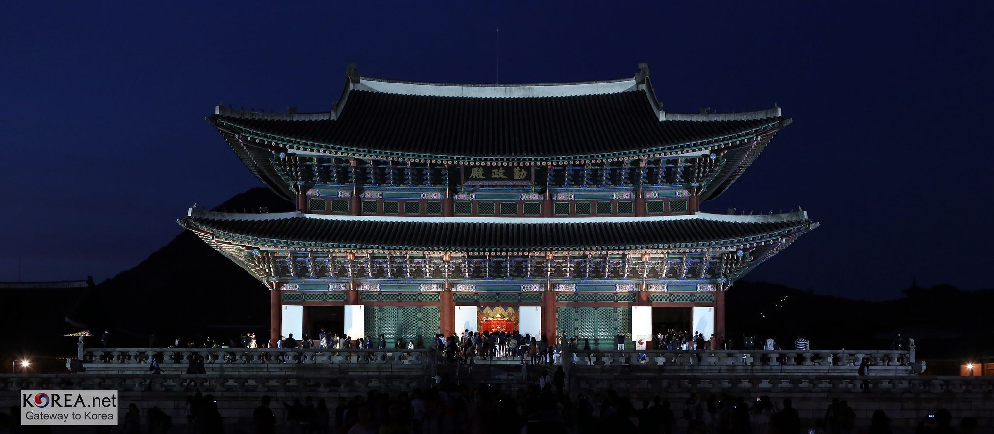 For more info, see http://www.votosky.com/gyeongbokgung-palace-seoul